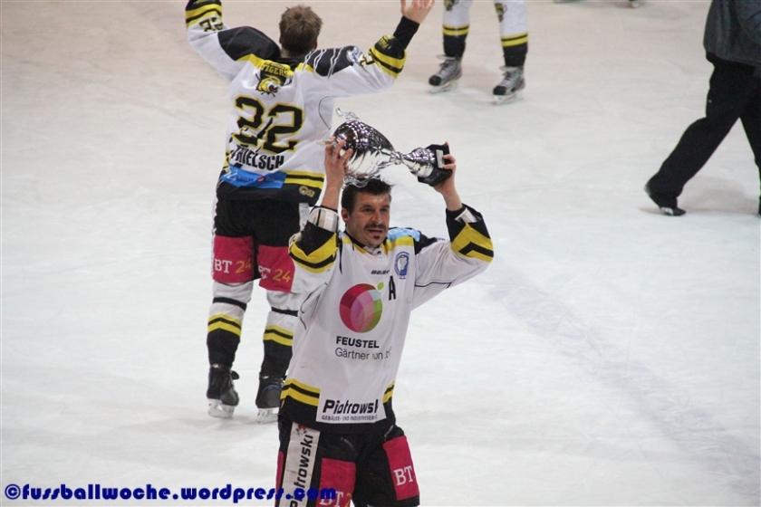 Jozef Potac jubelt nach dem Oberliga-Aufstieg der Bayreuth Tigers am 29. März 2013  mit dem Meisterschaftspokal.