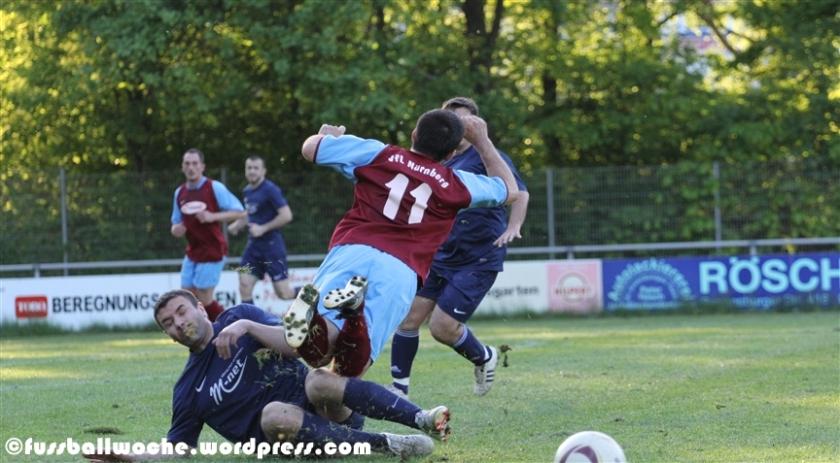 Nomesilovity holt Odörfer rüde von den Beinen (VfL Nürnberg II - FC Serbia am 14. Mai 2013).