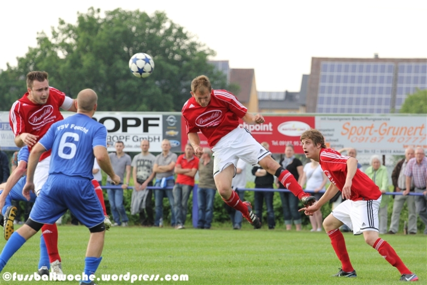 Spektakulärer Kopfball beim Meisterschafts-Entscheidungsspiel zwischen dem TSV Feucht und dem FC Altdorf am 12. Juni 2013 in Winkelhaid.