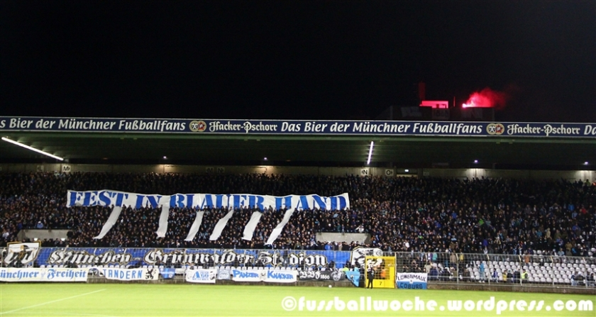 Choreo mit blauen Handschuhen der 1860er-Fans beim Amateure-Derby am 6. November im Grünwalder Stadion. Man beachte besonders den Hintergrund.