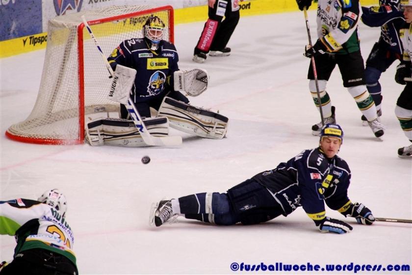 Prochazka (Kladno) wirft sich in einen Schuss. (HC Energie Karlovy Vary - Rytiri Kladno am 05.01.2014)