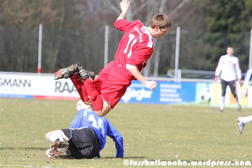 Wendl legt Freundl im Spiel SpVgg SV Weiden - SV Plößberg am 22.02.2014.