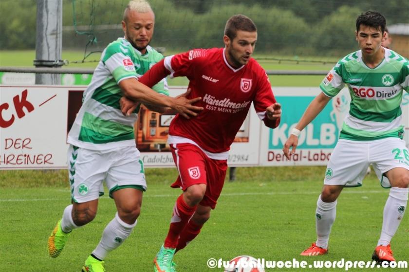 Schröck klammert gegen einen Jahn-Spieler (SpVgg Greuther Fürth - SSV Jahn Regensburg am 09.07.2014).