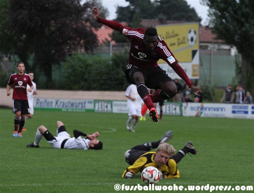 Mlapa springt über Torhüter Stiegler hinweg (FSV Erlangen-Bruck - 1. FC Nürnberg am 02.09.2014).