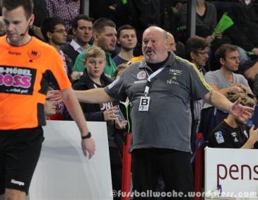 Erlangens Trainer Bergemann reklamiert.