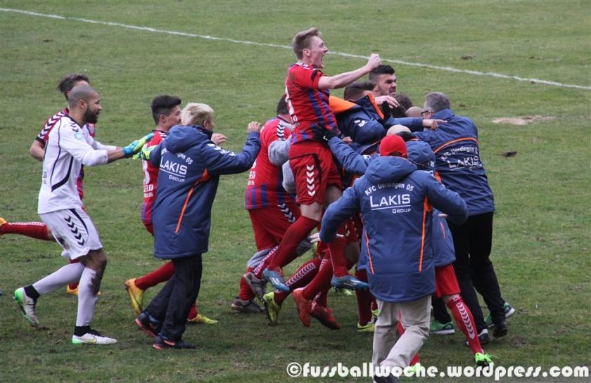 Der KFC Uerdingen bejubelt den Ausgleichtreffer gegen Alemannia Aachen am 14. April 2015.