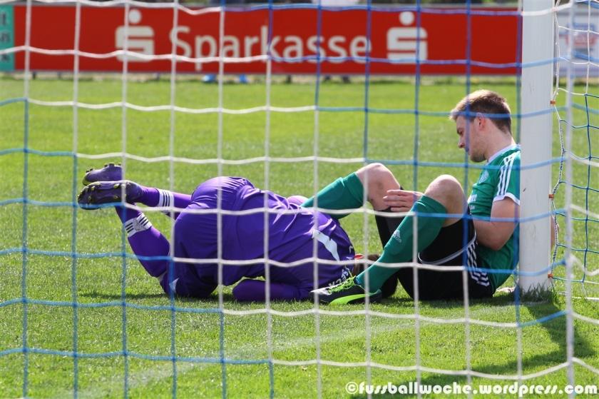 Stephan Pröls (TW) vom FV Vilseck konnte im Heimspiel gegen Hutthurm klären und landete anschließend etwas unsanft zwischen den Beinen des Gästespielers (FV Vilseck - SV Hutthurm am 18.04.2015)