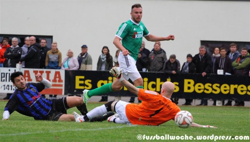 Thorsten Schlereth überwindet im Relegationsspiel den Erlanger Keeper Markus Pröll (1. FC Sand - FSV Erlangen-Bruck 3:0 am 27.05.2015)