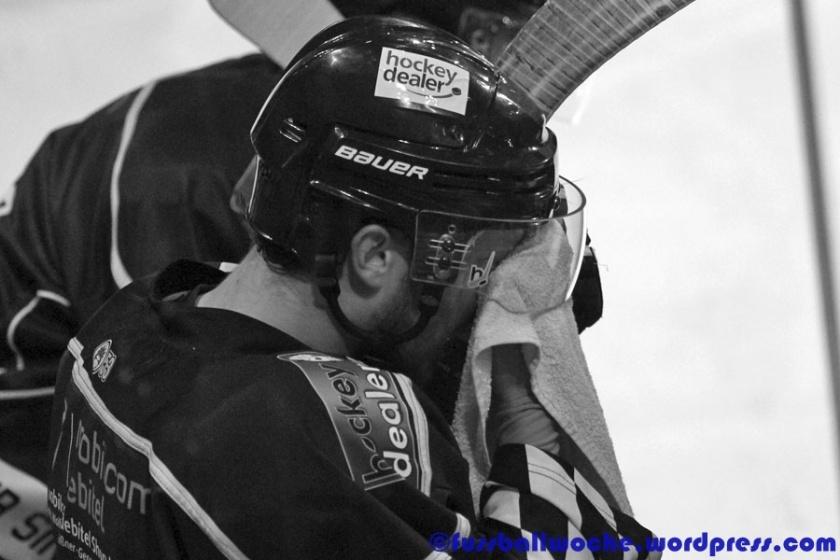 Erschöpfter Eishockeyspieler (EHC 80 Nürnberg - ERSC Amberg am 01.12.2015).