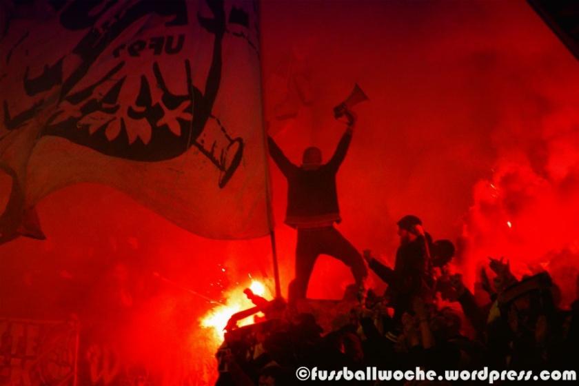 Frankfurter Fanblock während des Relegationsspiels in Nürnberg (1. FC Nürnberg - SG Eintracht Frankfurt am 23.05.2016).